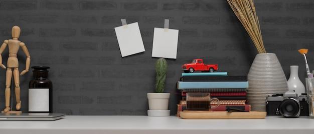 Studeertafel met boeken en briefpapier