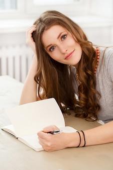 Student. aantrekkelijk meisje aan de tafel