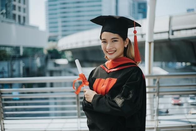 Student afgestudeerde hand met diploma