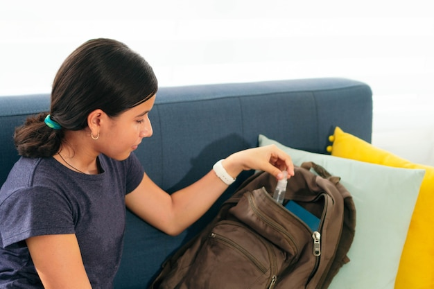 Student bereidt zich voor om terug te keren naar school na opsluiting.