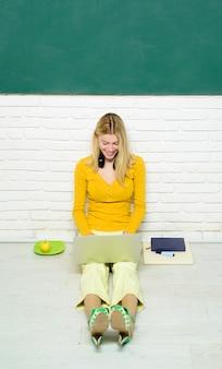Student bereidt zich voor op test of examen thuis internet en sociale media concept praten en communiceren