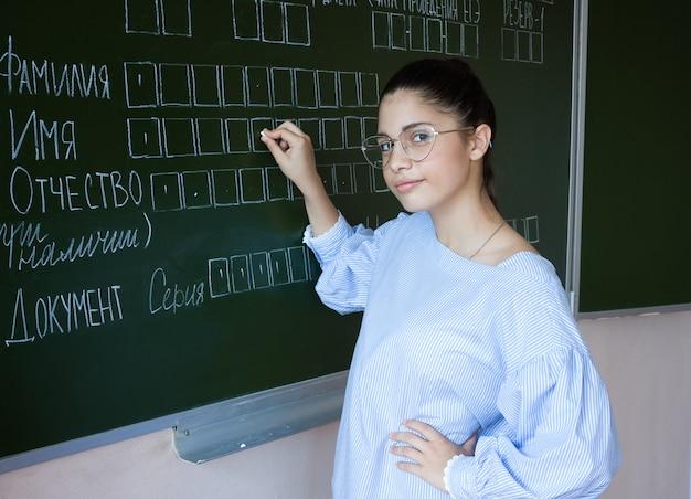 Student blijft in de buurt van blackboard in de klas