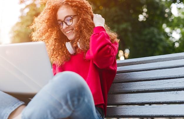Student browsen laptop zittend op de bank