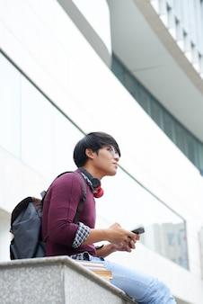 Student buiten rusten