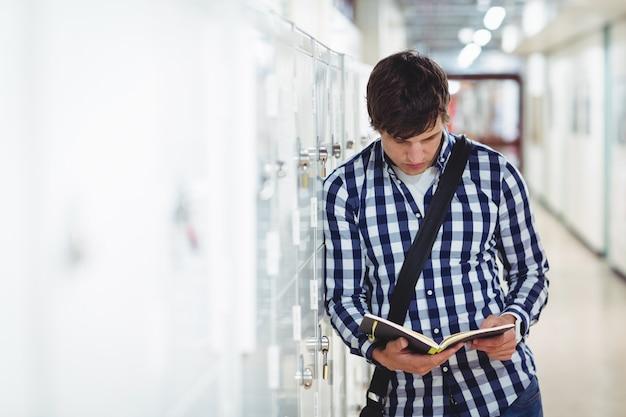 Student die een boek in de kleedkamer leest