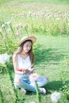 Student die een boek in het park leest. klaar om naar de universiteit te gaan.