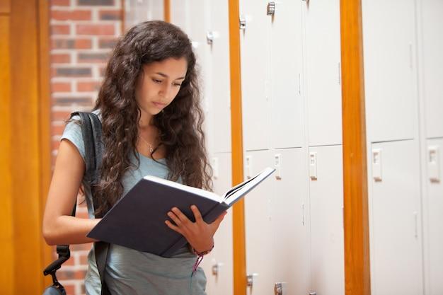 Student die een boek leest