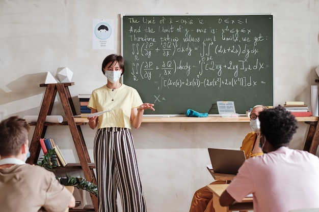 Student die een examen in de klas haalt