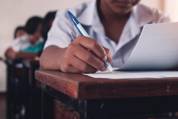 Student die een examen met spanning in schoolklaslokaal doet