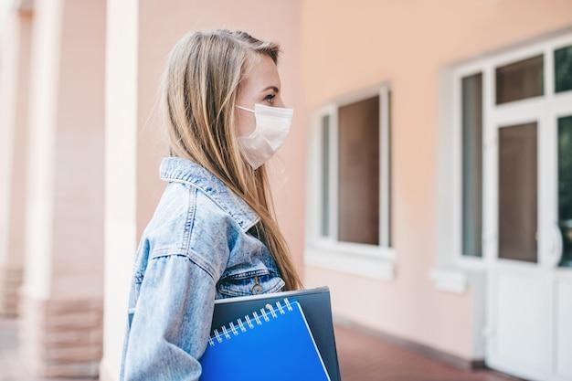 Student die een medisch beschermend masker draagt