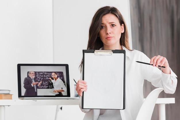 Student die haar huiswerk e-lerend concept voorstelt