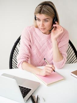 Student die op haar hoofdtelefoons e-lerend concept spreekt