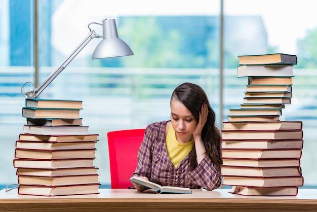 Student die voor universiteitsexamens voorbereidingen treft