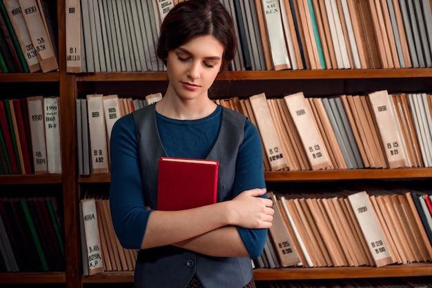 Student die zich met gesloten ogen in bibliotheek bevindt.