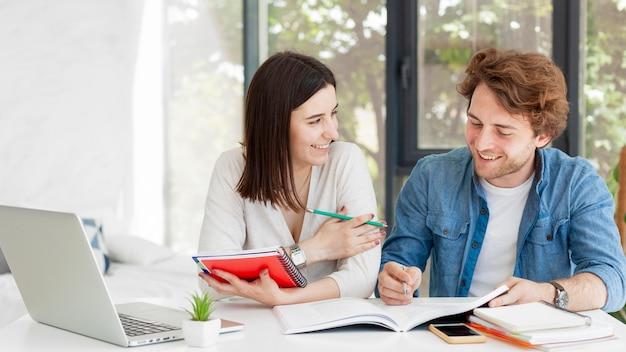 Student en privé-leraar thuis concept