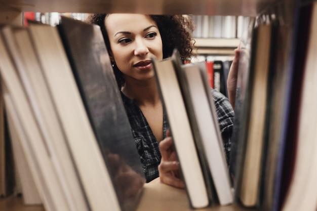 Student in bibliotheek