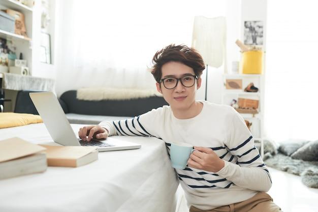 Student in zijn kamer