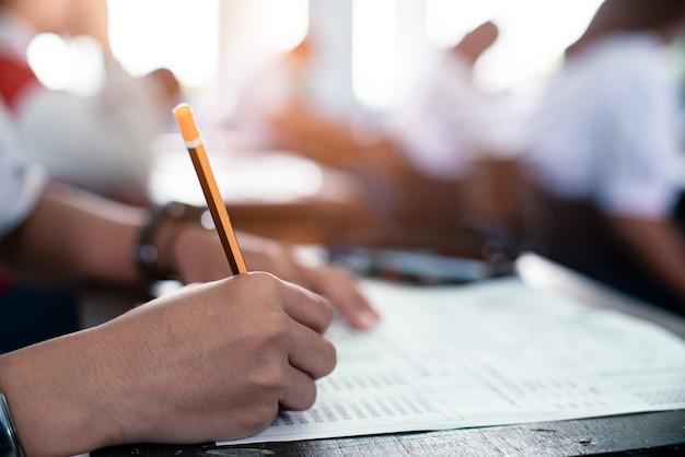 Student leest en legt examen af met stress
