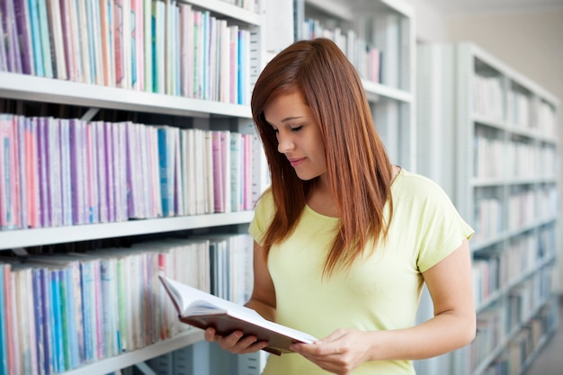 Student lezen in bibliotheek