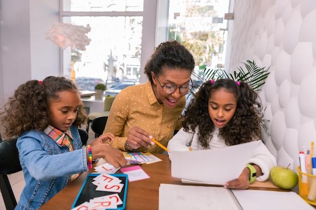 Student lezen. zorgzame slimme mooie leraar bril haar mooie student lezing onderwijzen