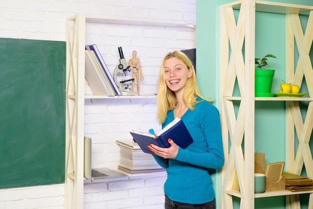 Student maakt aantekeningen voorbereiding voor test of examen vrouwelijke student maakt aantekeningen op dagboek middelbare school of