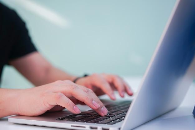 Student man hand laptop gebruiken voor zoeken naar werk