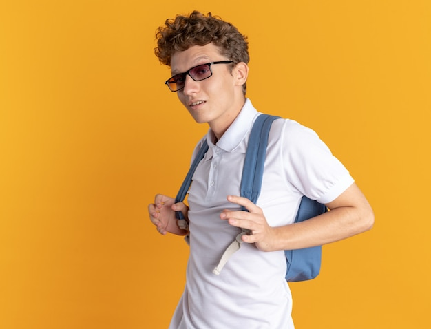 Student man in casual kleding met bril met rugzak kijken camera glimlachend