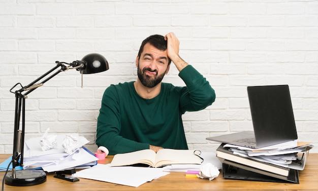 Student man met een uitdrukking van frustratie en geen begrip