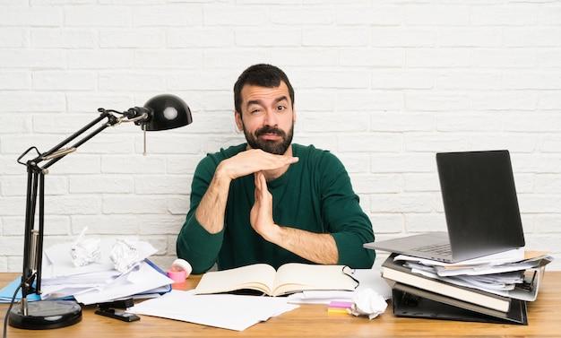 Student man time-out gebaar maken