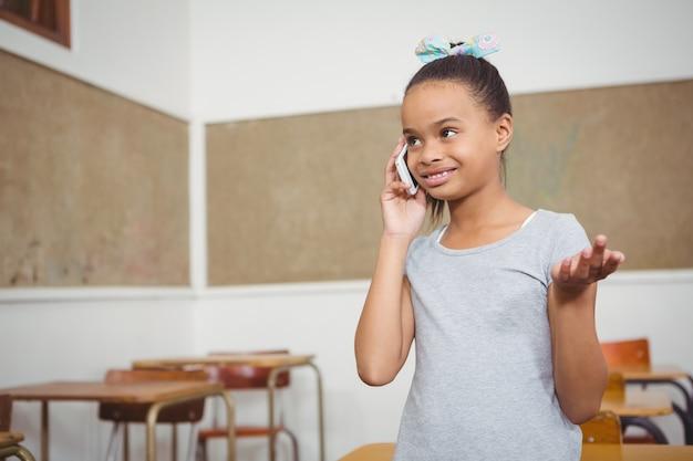 Student met behulp van een mobiele telefoon in de klas