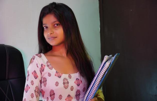 Student met boeken en bestanden