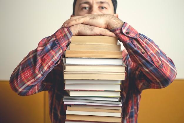 Student met boeken over een school