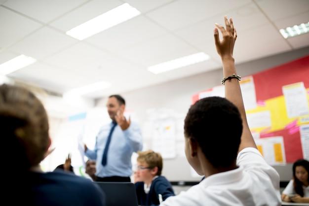 Student met haar hand in het reageren op de leraar
