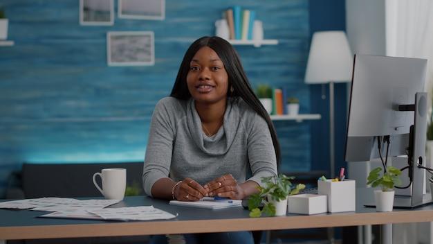 Student met zwarte huid op zoek naar camera luisteren webinar professor tijdens online videocall