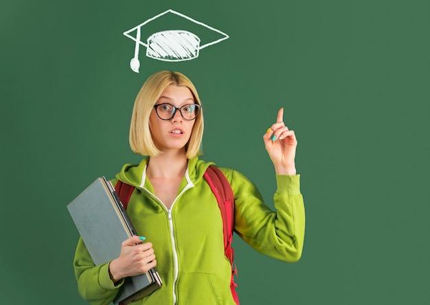 Student op de universiteit. wereld lerarendag. idee. portret van creatieve jonge glimlachende vrouwelijke student binnen