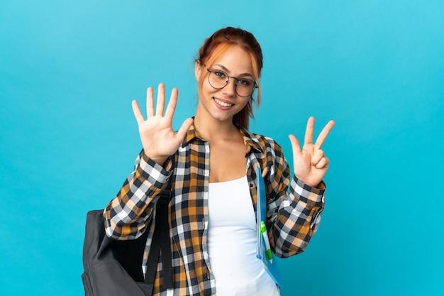Student russische vrouw geïsoleerd op blauw, acht tellen met vingers