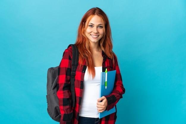 Student russische vrouw geïsoleerd op blauw met de armen gekruist in frontale positie