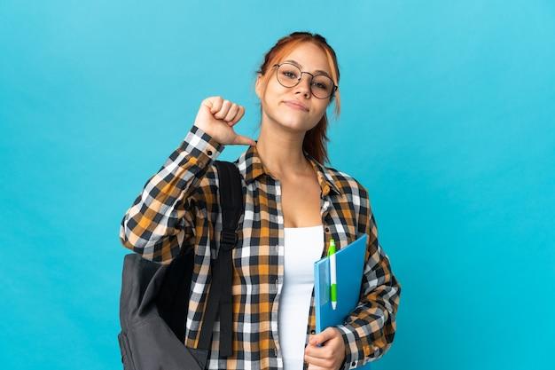 Student russische vrouw geïsoleerd op blauw trots en zelfvoldaan