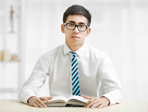 Student studeert in de klas