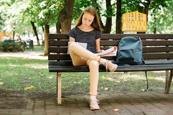 Student voorbereidend voor examens in het park