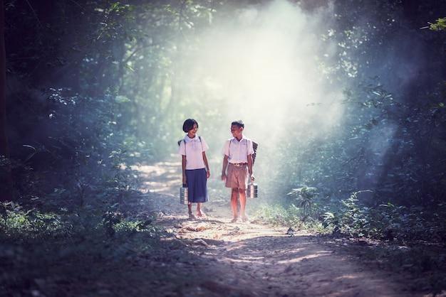 Student weinig aziatisch jongen en meisje, platteland in thailand