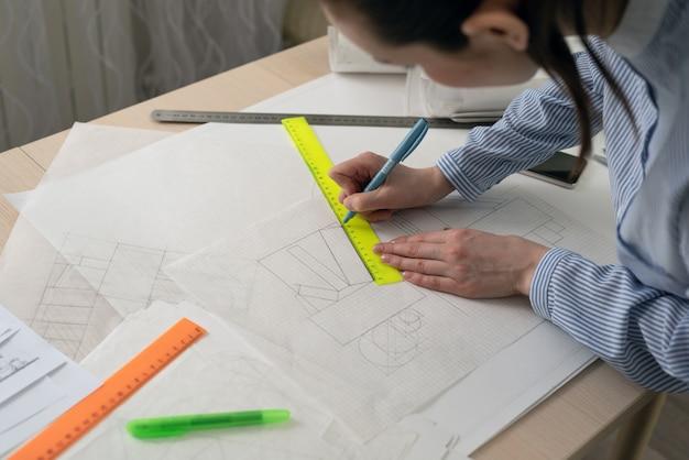 Studentarchitect tekent geometrische vormen, ontwerppraktijk