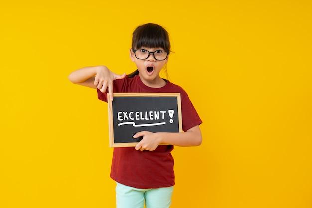 Studente die op klein bord met uitstekend woord richten, wauw en verrast op het werk
