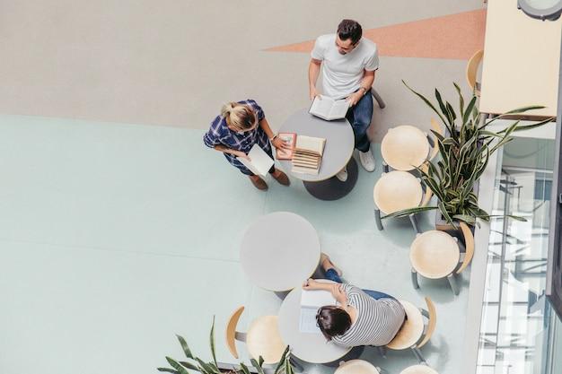 Studenten aan tafel met boeken