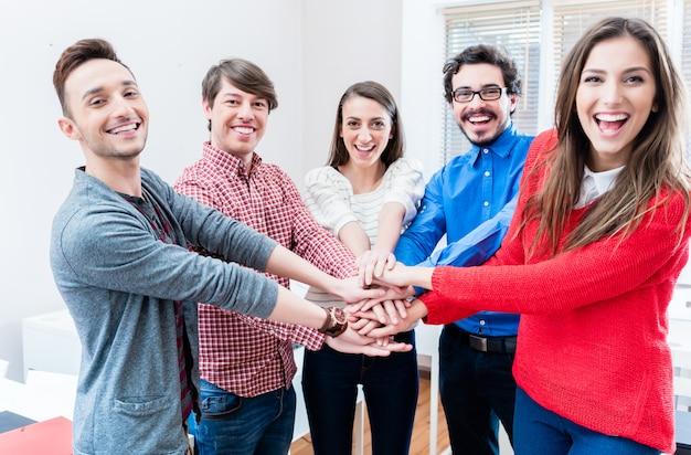 Studenten aan universiteit of hogeschool houden elkaar vast