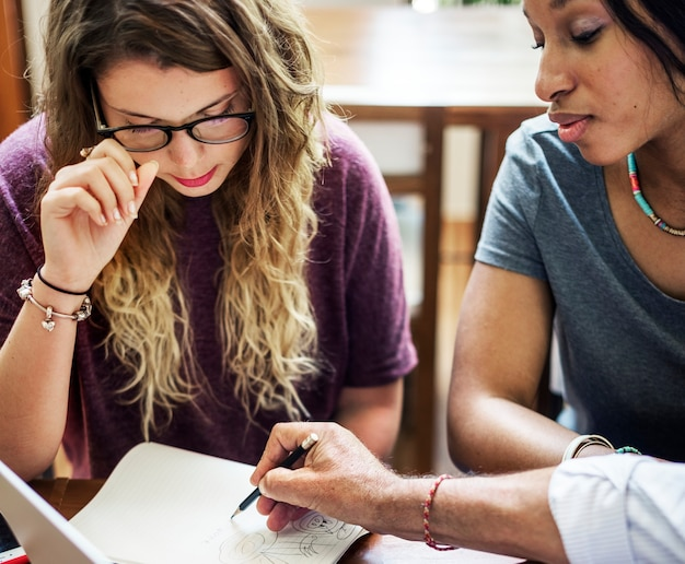 Studenten bespreken met adviseur