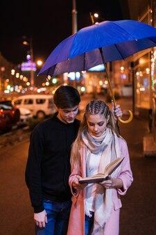 Studenten date night. liefde voor lezen. paar dat buiten studeert, relatieconcept