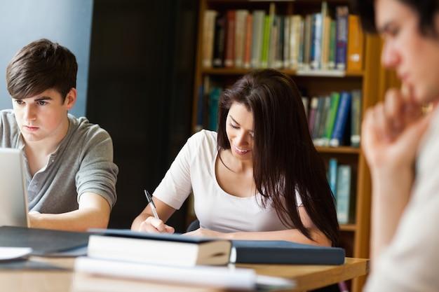 Studenten die aan een essay werken