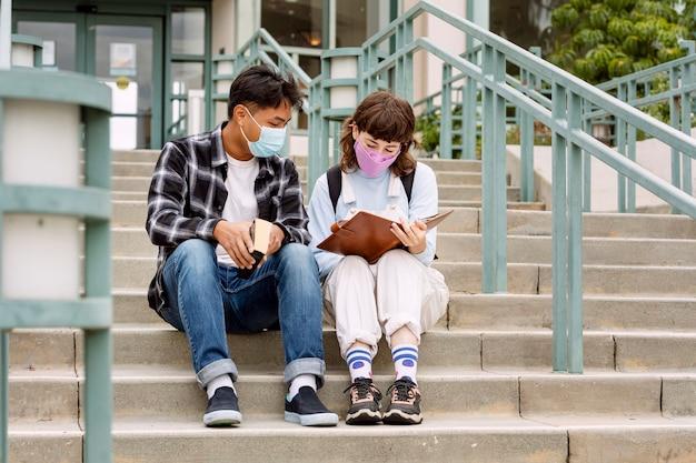 Studenten die buiten op school studeren in het nieuwe normaal