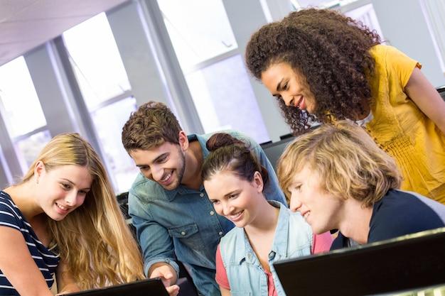 Studenten die computer met behulp van